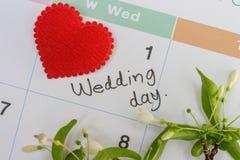 Coração vermelho marcado no calendário imagens de stock