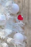 Coração vermelho na árvore de Natal Foto de Stock