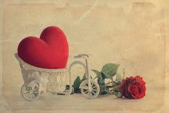Coração vermelho na cesta da bicicleta do vintage Fotografia de Stock