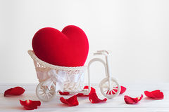 Coração vermelho na cesta da bicicleta do vintage Fotos de Stock Royalty Free
