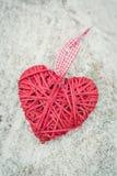 Coração vermelho na tabela Foto de Stock Royalty Free