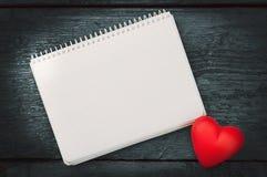 Coração vermelho nas placas escuras Fotografia de Stock Royalty Free