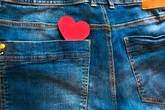 Coração vermelho no bolso traseiro da calças de ganga Foto de Stock Royalty Free