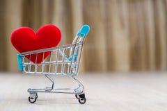 Coração vermelho no carrinho de compras Imagem de Stock
