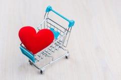 Coração vermelho no carrinho de compras Fotografia de Stock