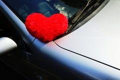 Coração vermelho no carro: Dia de são valentim Imagem de Stock