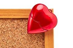 Coração vermelho no corkboard, Valentim Fotografia de Stock