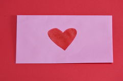 Coração vermelho no envelope cor-de-rosa na placa da espuma da cor Imagens de Stock Royalty Free