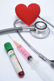 Coração vermelho no estetoscópio e no equipamento Imagem de Stock Royalty Free
