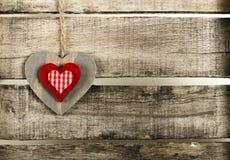 Coração vermelho no fundo de madeira Fotografia de Stock