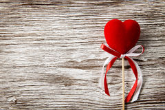 Coração vermelho no fundo de madeira Rosa vermelha imagem de stock royalty free