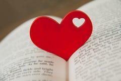 Coração vermelho no livro Imagem de Stock