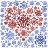 Coração vermelho no quadro azul dos flocos de neve isolados no branco foto de stock