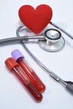 Coração vermelho no tubo do estetoscópio e de análise de sangue Fotografia de Stock Royalty Free