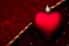 Coração vermelho no veludo vermelho Imagem de Stock