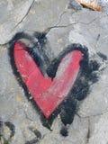 Coração vermelho pintado na parede velha imagens de stock