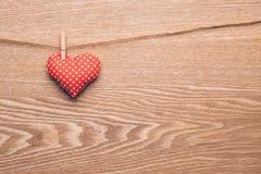 Coração vermelho que pendura na corda Foto de Stock Royalty Free