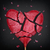 Coração vermelho quebrado pirulito dado forma imagens de stock