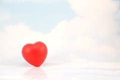 Coração vermelho solitário no céu Imagens de Stock