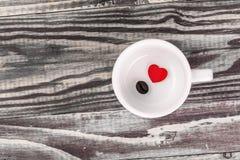 Coração vermelho sozinho com feijão de café Fotografia de Stock