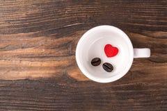 Coração vermelho sozinho com feijão de café Imagem de Stock Royalty Free