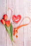 Coração vermelho Valentim dado forma com tulipas Imagem de Stock