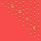 """Corações amarelos e letras """"SALE"""" que penduram em cordas no fundo vermelho Imagens de Stock"""
