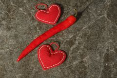 Corações bonitos vermelhos com pimenta vermelha no fundo de mármore Dia do `s do Valentim Foto de Stock