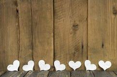 Corações brancos em um fundo rústico velho de madeira. fotografia de stock royalty free