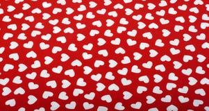 Corações brancos no pano vermelho imagem de stock royalty free