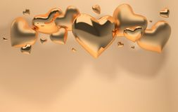 Corações brilhantes lustrosos e matt do ouro na sagacidade bege pastel do fundo imagem de stock royalty free