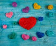 Corações coloridos com bolas da linha no backgr de madeira azul imagens de stock royalty free