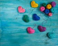 Corações coloridos com bolas da linha no backgr de madeira azul foto de stock royalty free