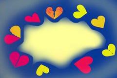 Corações coloridos como um quadro - espaço amarelo da cópia, fundo azul imagem de stock
