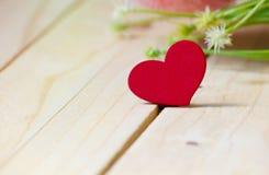 Corações com as flores na tabela de madeira, fundo do dia do ` s do Valentim Fotografia de Stock Royalty Free