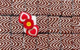 Corações com flor em um fundo colorido do biscoito fotografia de stock