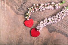 Corações com a flor na madeira Fotos de Stock Royalty Free