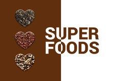 Corações com sementes do chia, grões vermelhas do quinoa e o quinoa misturado Quatro formas do coração com superfoods do texto foto de stock