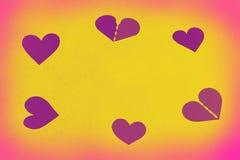 Corações como um quadro redondo - espaço amarelo da cópia, fundo fotos de stock royalty free