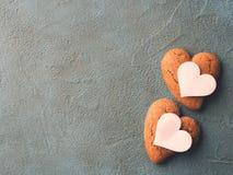 Corações concretos textured preto da cookie do fundo Imagem de Stock