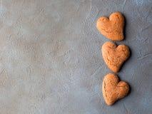 Corações concretos textured preto da cookie do fundo Imagens de Stock