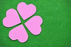 Corações cor-de-rosa arranjados como as pétalas da flor Colocado em um verde úmido Foto de Stock Royalty Free