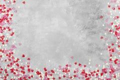 Corações cor-de-rosa, brancos e vermelhos em um fundo claro Vista superior, cópia Fotos de Stock