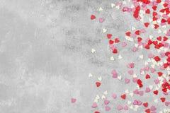 Corações cor-de-rosa, brancos e vermelhos em um fundo claro Vista superior, cópia Foto de Stock