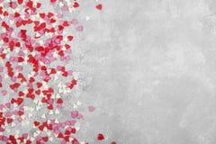 Corações cor-de-rosa, brancos e vermelhos em um fundo claro Vista superior, cópia Imagens de Stock