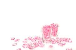 corações cor-de-rosa de vidro no fundo branco imagens de stock