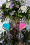 Corações cor-de-rosa e azuis nos vidros no espelho Fotos de Stock Royalty Free