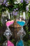 Corações cor-de-rosa e azuis nos vidros no espelho Imagem de Stock Royalty Free