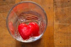 Corações - cubos de gelo em um vidro Imagens de Stock Royalty Free