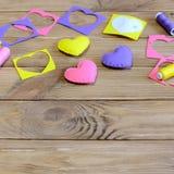 Corações da costura da mão diy Corações feitos a mão diy para o dia do ` s do Valentim, o dia do ` s da mãe ou o casamento Costur Fotos de Stock